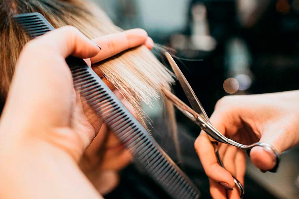 картинка парикмахер подстригает